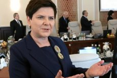 Skąd Beata Szydło ma tyle różnych broszek? Jak wynika z jej oświadczenia, wiele dostała jako prezent.