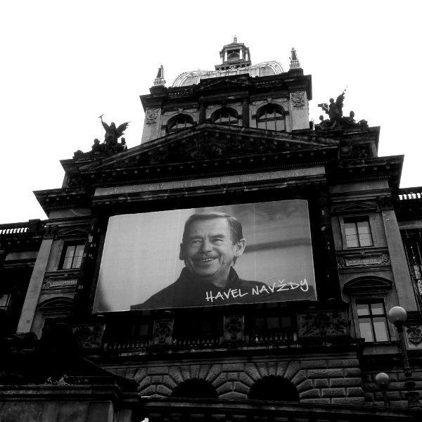 Muzeum Narodowe na Placu Wacława w Pradze. Na nim postać prezydenta Havla - Havel forever. 25 rocznica Aksamitnej Rewolucji.