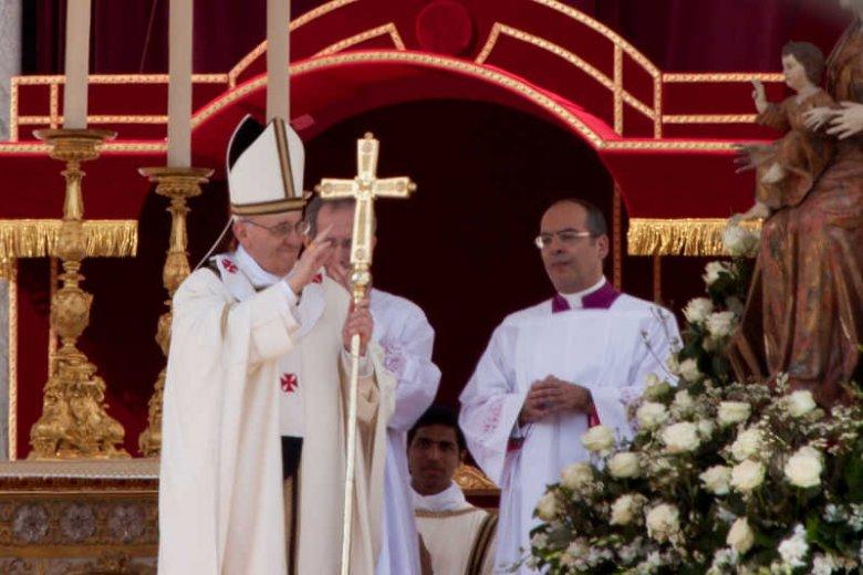 Rekordowa kanonizacja w Watykanie. Papież Franciszek wyniósł na ołtarze 800 osób.