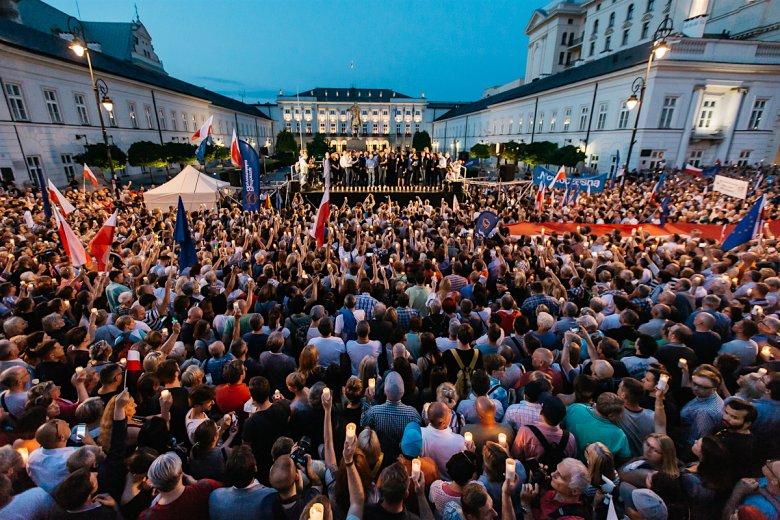 Prezydent Andrzej Duda musiał usłyszeć protestujących rodaków.