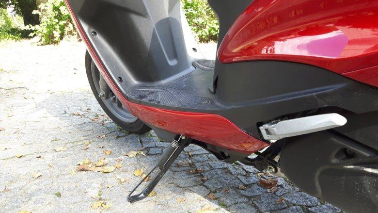 Boczna stopka ułatwia parkowanie skutera.