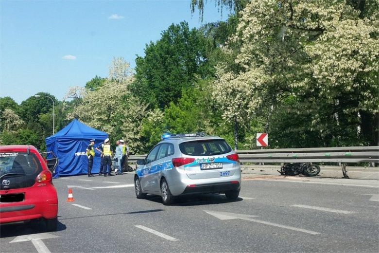 Wypadek motocyklisty na zakręcie al. Prymasa Tysiąclecia, na wysokości Cmentarza Powązkowskiego, skończył się tragicznie. Nie żyje 30-letni mężczyzna.
