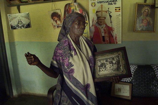 Theresa Kibwetere, żona jednego z przywódców sekty Josepha Kibwetere trzyma w ręku ich ślubne zdjęcie.