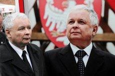 Prezes PiS Jarosław Kaczyński na tle wizerunku swojego zmarłego brata, prezydenta Lecha Kaczyńskiego.