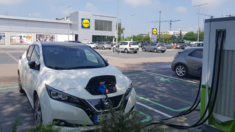 Przyjemne z pożytecznym – właściciel idzie do sklepu, a samochód łapie ampery.