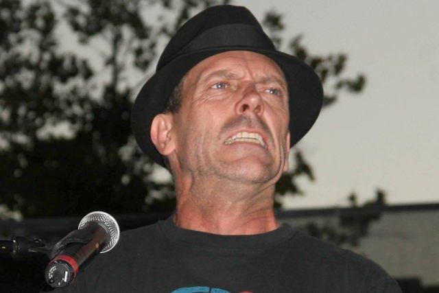 Serialowy doktor House, czyli Hugh Laurie, podczas jednego z koncertów