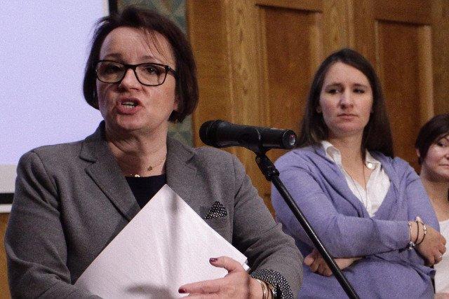 """Minister edukacji Anna Zalewska (z lewej) zapowiedziała, że """"momentem obowiązkowym pójścia do szkoły dla dziecka będzie wiek siedmiu lat"""""""
