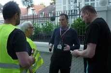 Pracownicy ambasady intereniują w trakcie happeningu KOD