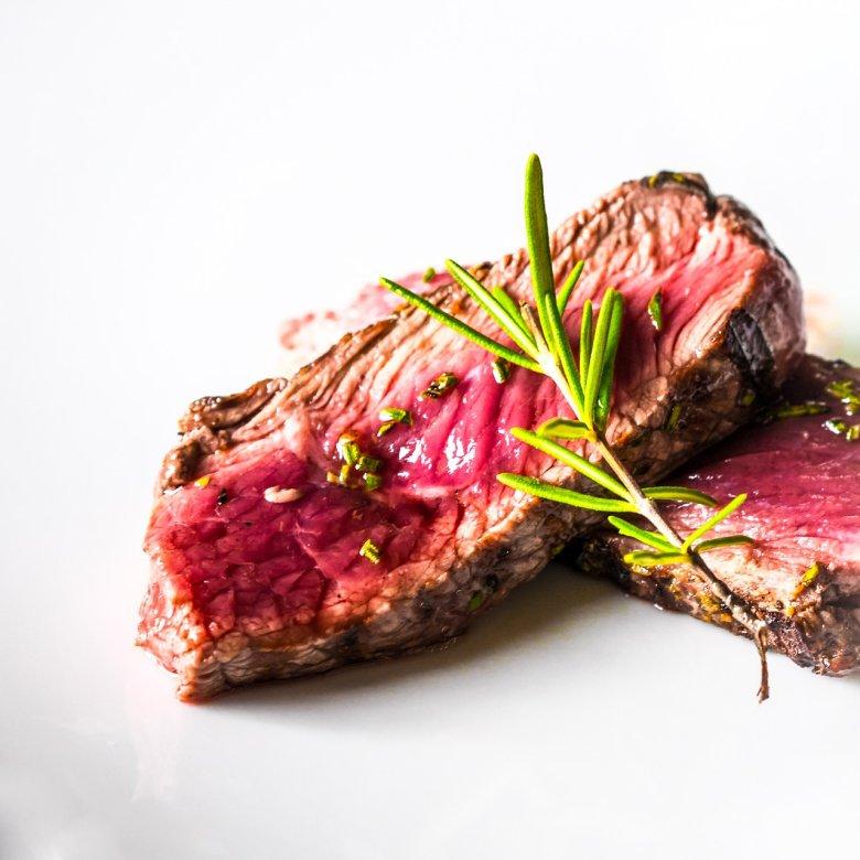 Bez względu na rodzaj mięsa, powinniśmy patrzec na jego zwartą strukturę. Nie powinno być ani za tłuste – bo wtedy tłuszcz będzie nam się w sporych ilościach wytapiał na grilla, ani nie za chude – bo wtedy z kolei momentalnie mięso się wysuszy.