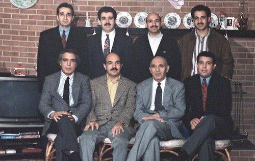 Klan Karzajów  Od lewej stoją: Szah Wali Karzaj; Ahmed Wali Karzaj; Hamid Karzaj - obecny prezydent, Abdul Wali Karzaj. siedzą: Abdul Ahmad Karzaj; Qajum Karzaj; Abdul Ahad Karzaj (ojciec) oraz Mahmud Karzaj