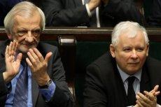 Wicemarszałek Ryszard Terlecki zaprezentował osobliwe zachowanie w obecności posła Kaczyńskiego i dziennikarzy.