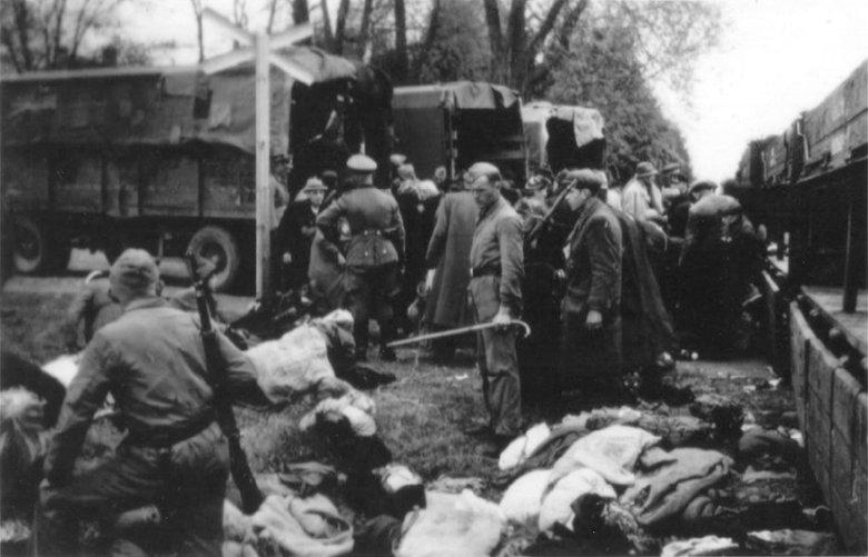 Powiercie (linia kolejki wąskotorowej), przesiadka w drodze do miejsca zagłady w Kulmhof am Nehr (prawdopodobnie grupa łódzkich Żydów; ok. 1942)
