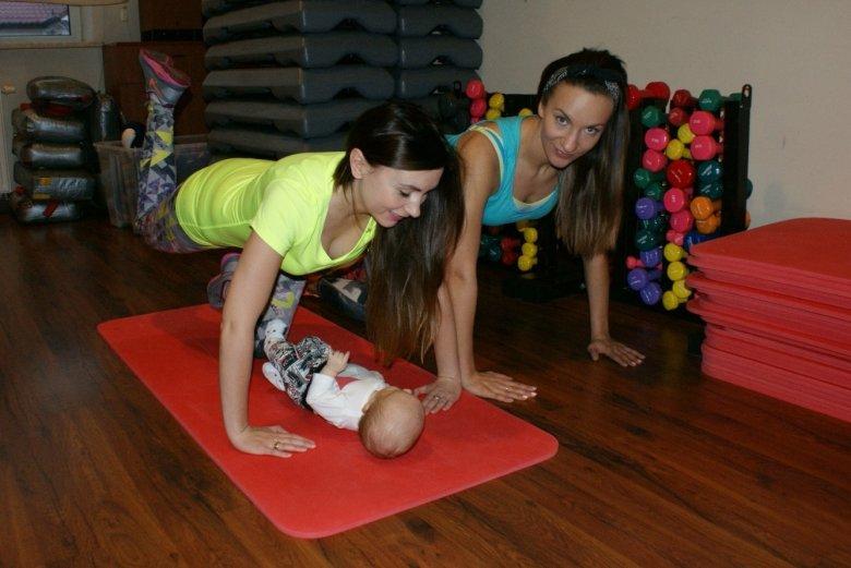 Jeżeli maluch pozwala nam ćwiczyć samodzielnie a nie chcemy obciążać nadgarstków ćwiczenie możemy wykonać opierając się na przedramionach