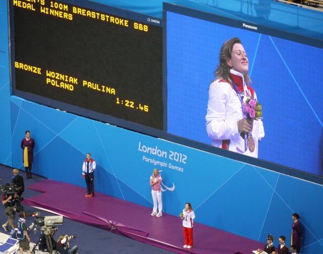 Paulina Woźniak podczas ceremonii medalowej - tak właśnie pachnie bycie medalistą paraolimpijskim!