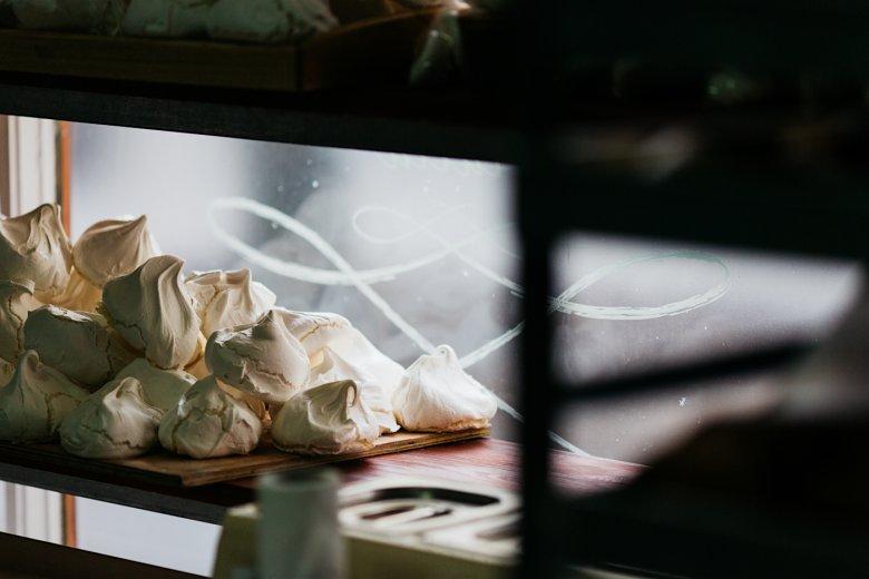 W La Bombonierze ogromną popularnością cieszą się bezy, sprzedawane w dwóch wersjach – klasycznej i z dodatkiem migdałów i cynamonu.