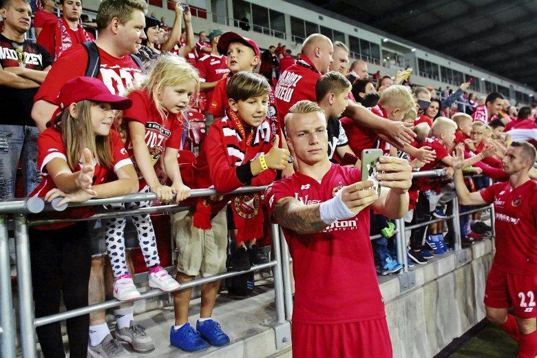 Na mecze Widzewa przychodząnawet kilkuletnie dzieci. Zdjęcie jak z zagranicznego stadionu.