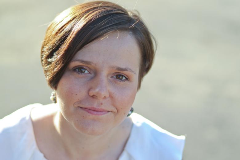 """[b]Paulina Wilk –[/b] dziennikarka prasowa, reportażystka, recenzentka i felietonistka. Pracowała m.in. w Indiach, Chinach, Kenii, Brazylii i Izraelu, autorka książki """"Lalki w ogniu"""". W tym roku ukazały się jej """"Znaki szczególne"""""""