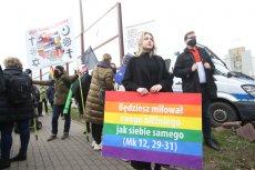 W Warszawie odbył się protest przeciwko homofobicznym wypowiedziom abpa Jędraszewskiego.