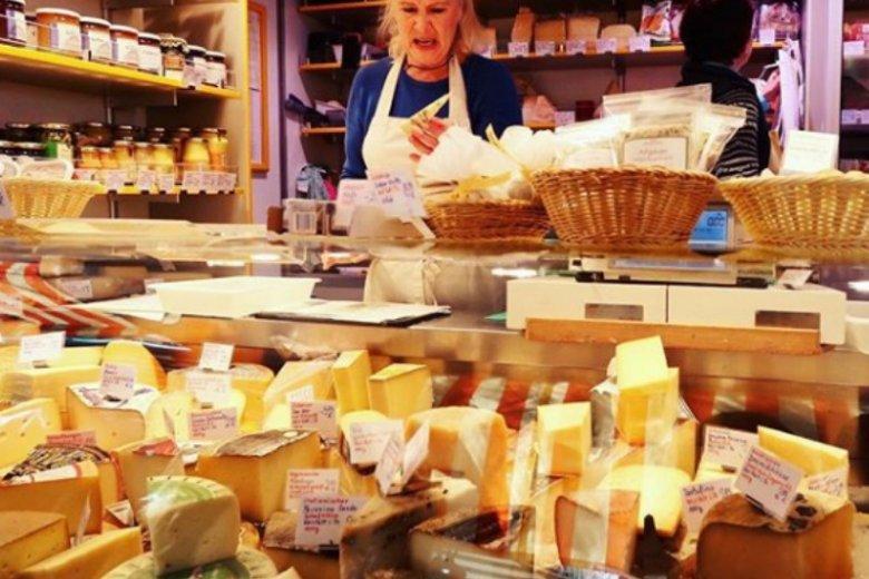 Mało kto wie, ale żółty ser zawiera bardzo dużo soli, która przyczynia się do zatrzymywania wody