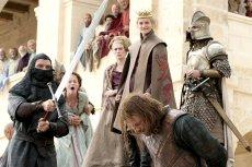 Na miejscu Neda Starka powinny się znaleźć osoby, które zdradzają fabułę kolejnych odcinków.