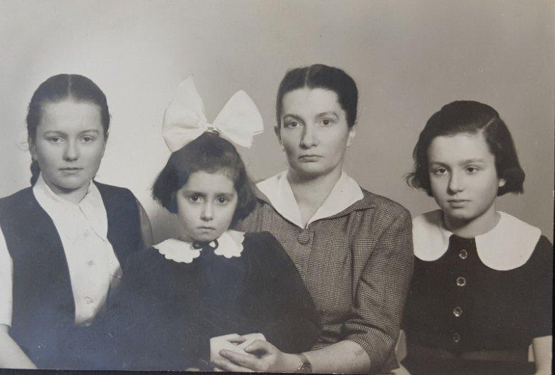 Zdjęcie wykonane po wojnie. Stefania z córkami: Basią, Kasią i Ewą