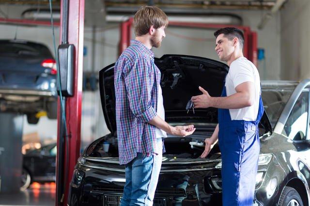 Serwis auta przed wyjazdem na wakacje może uchronić Cię przed niespodziewanymi problemami i wydatkami.