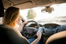 Policjanci będą karać mandatami kierowców, którzy podczas jazdy trzymają w ręku telefon komórkowy.