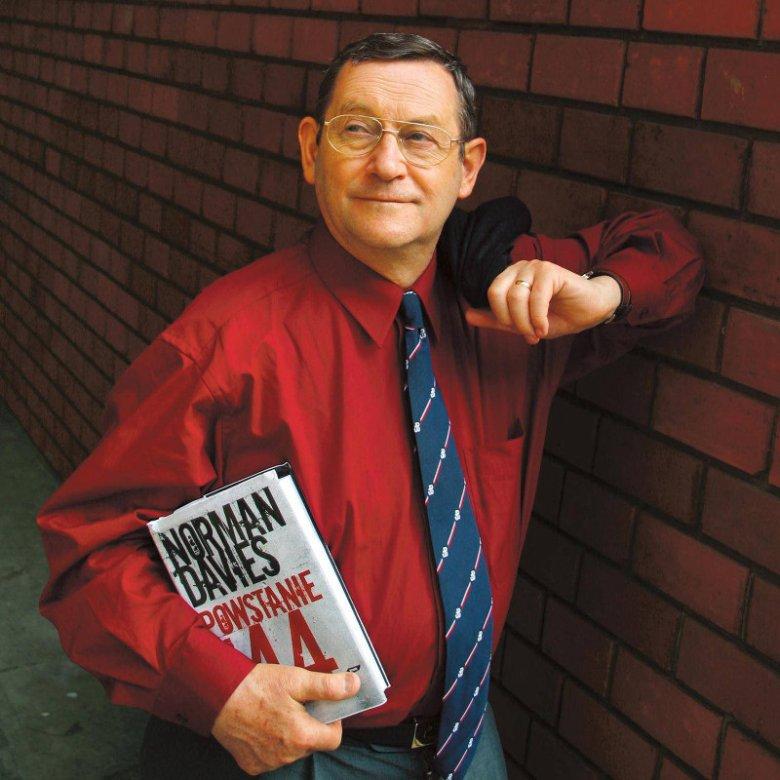 """Prof. Norman Davies promuje książkę """"Powstanie '44"""". Historyk nie jest w stanie pojąć obecnych sporów dotyczących sensu walk o Warszawę w 1944 roku."""