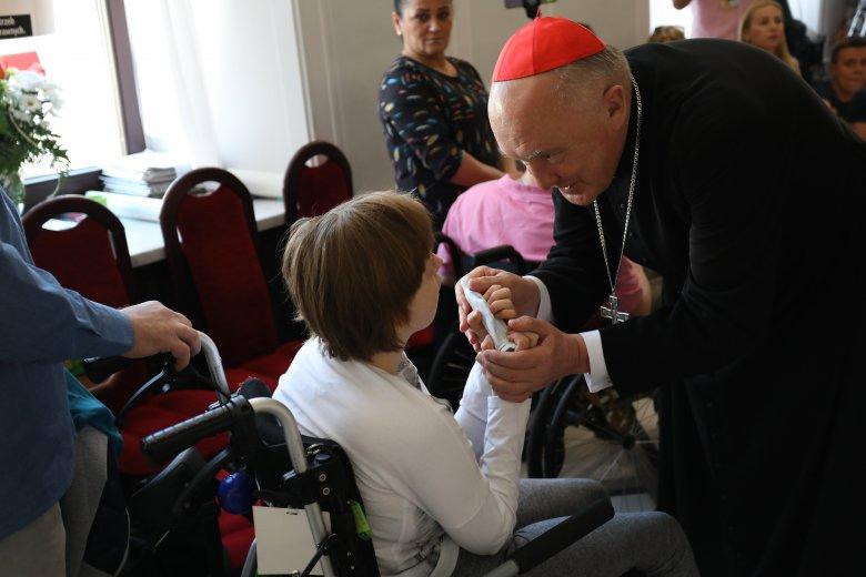 Kardynał Kazimierz Nycz spotkał się z protestującymi rodzicami i ich niepełnosprawnymi dziećmi