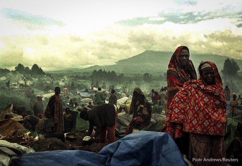 Uchodźcy z plemienia Hutu w drodze do Rwandy.