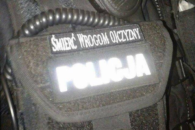 """Nieregulaminowa plakietka z napisem """"Śmierć wrogom ojczyzny"""" znalazła się na mundurze jednego z policjantów."""