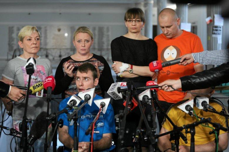 Marszałek Kuchciński miał dać niepełnosprawnym zakaz wychodzenia na spacer.