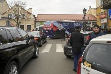 Kawalkada pojazdów Andrzeja Dudy podczas kampanii wyborczej.
