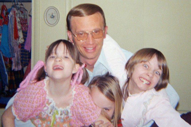 Sąsiad Robert Berchtold razem z córkami Brobergów.