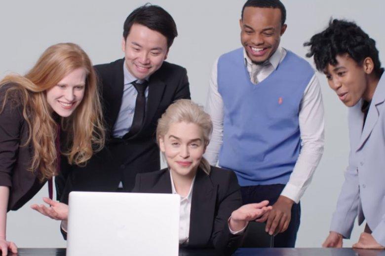 Zdjęcie całego zespołu stojącego nad jednym komputerem to stockowy klasyk, którego w tym projekcie nie mogło zabraknąć