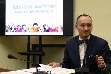 Rzecznik Praw Dziecka Mikołaj Pawlak wywołał burzę wpisem o szkole wolnej od ideologii.