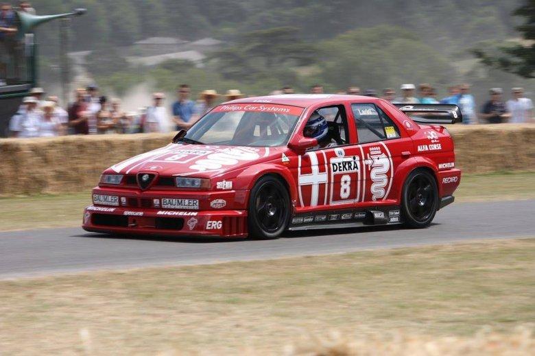 Autor w Alfie Romeo 155 V6Ti DTM z 1993 roku na trasie wyścigu górskiego podczas Festiwalu Prędkości w Goodwood w 2010 roku