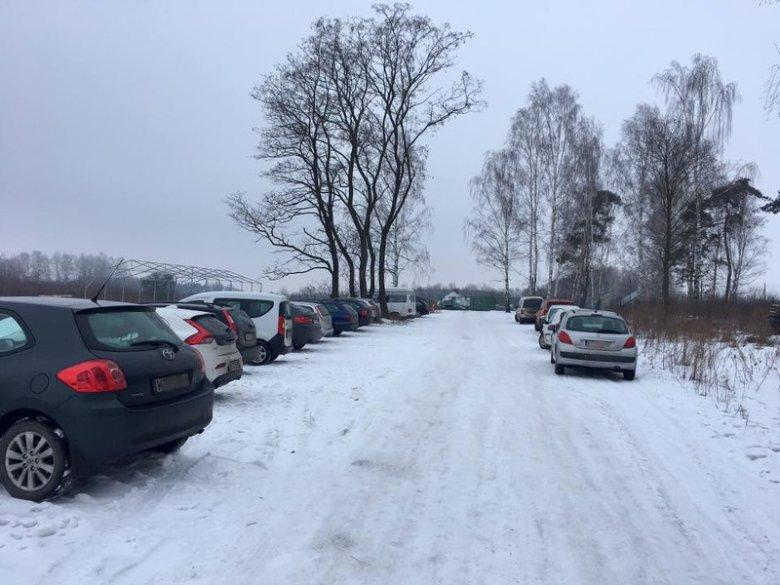 Sobota rano - pełny parking wolontariuszy w Korabiewicach.