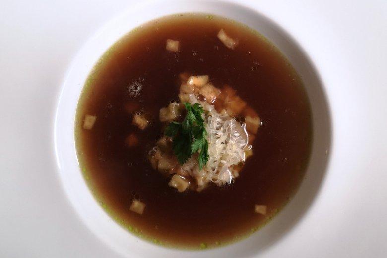 Consommé z cebuli – ziemniak, ser gruyère, oliwa szczypiorkowa; restauracja Strefa