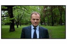 Premier Donald Tusk w ogrodach Kancelarii Premiera