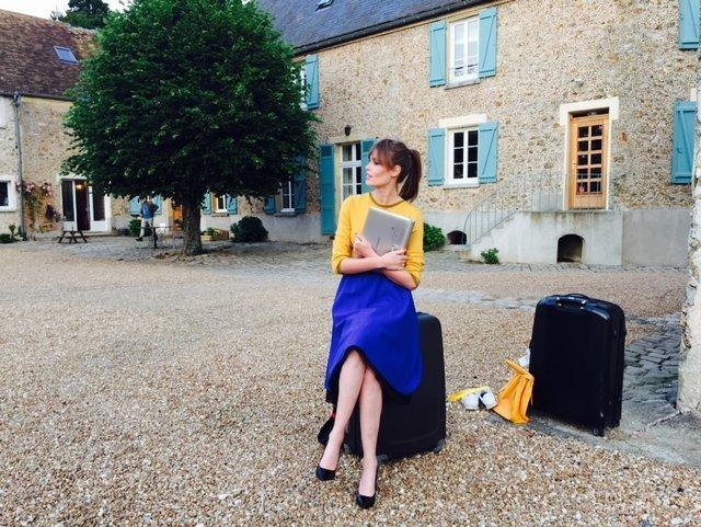 Sylwia przy pracy nad sesją zdjęciową we Francji. Na zdjęciu: ubrania i stylizacja marki Quiosque, Lenovo Yoga Tablet 2 Pro