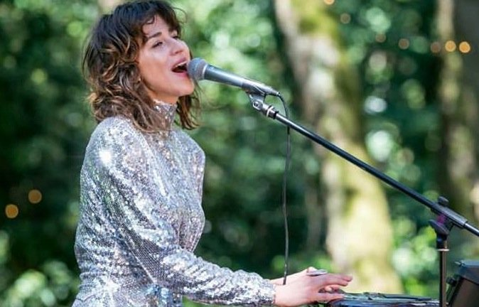 Kasia Klimczyk, wykonuje muzykę synth popową. Jest multiintrumentalistą.