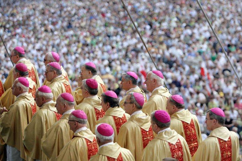 Polscy biskupi nie kryją zadowolenia z odrzucenia projektów ustawy o związkach partnerskich.