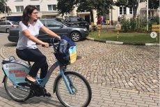 Prezydent Gdańska na spotkania jeździ rowerem z miejskiej wypożyczalni.