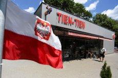 Flagi polski przed wietnamską restauracją Tien Tien