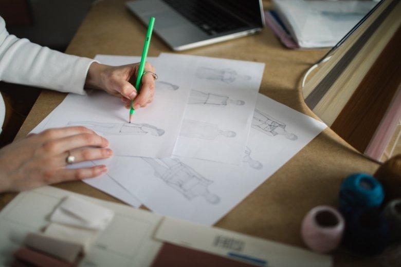 Projektowanie kolekcji można rozpocząć od rysunków albo poszukiwania tkanin. Wszystko zależy od stylu pracy projektanta