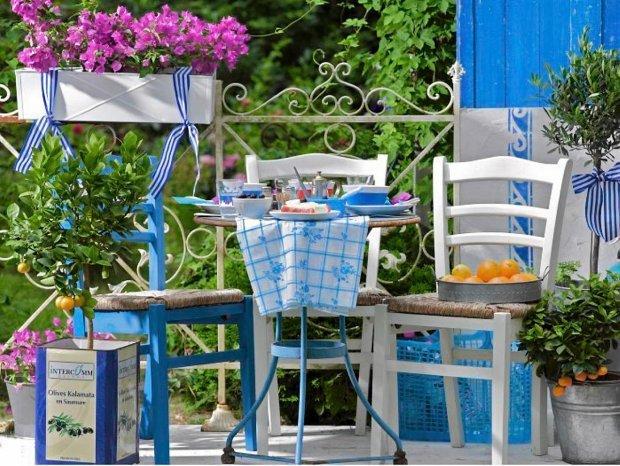 Niebieski odstrasza muchy – to przydatna ciekawostka jeśli chodzi o długie popołudnia spędzane na balkonie.