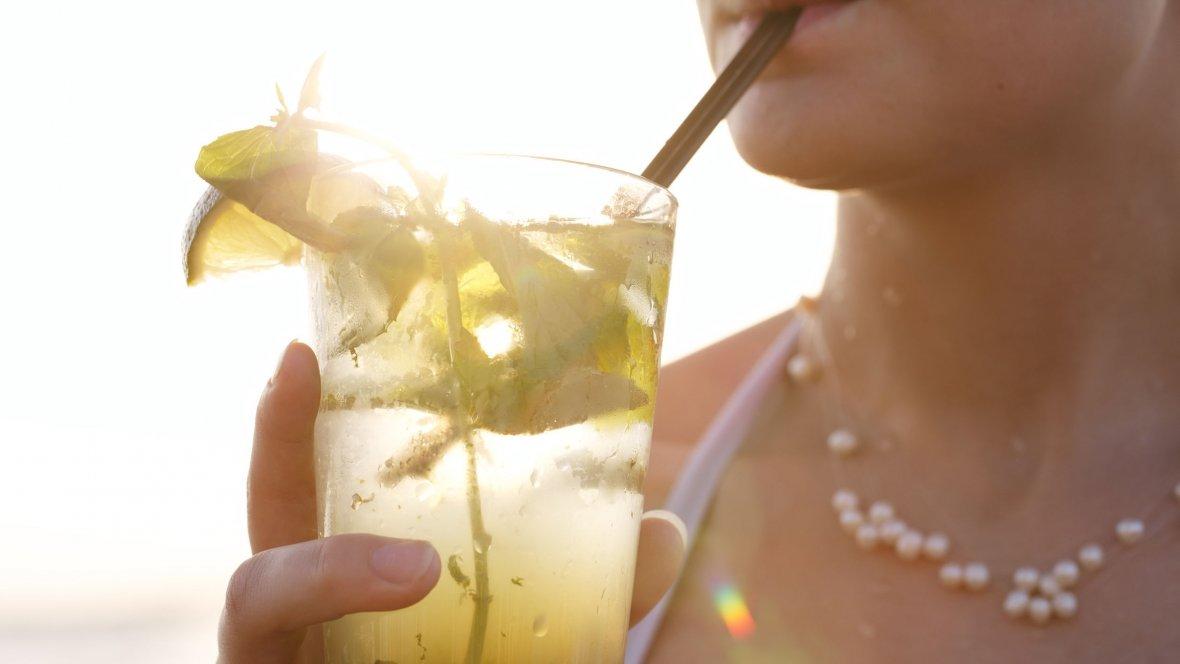 Hit czy kit: modne napoje na lato, czyli co pić kiedy jest upał.