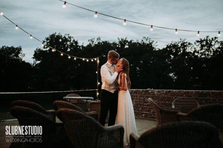 Romantyczne zdjęcia plenerowe to ważny element udanej sesji ślubnej