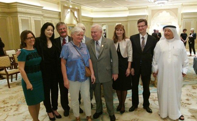 Prezydent Lech Wałęsa rozpoczął swoją wizytę w Zjednoczonych Emiratach Arabskich.